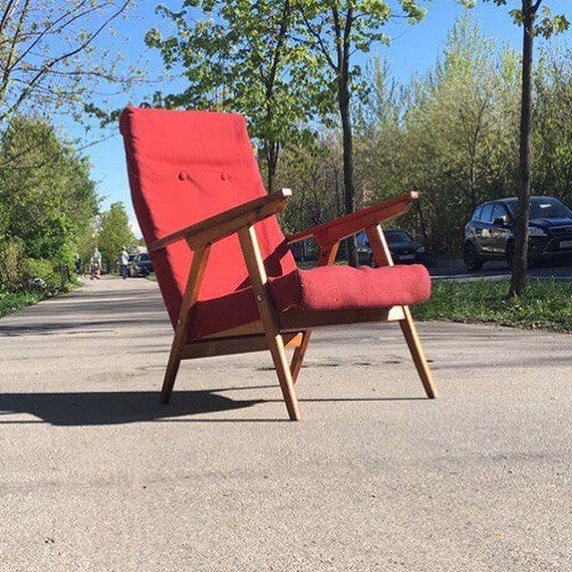 Два очаровательных кресла рубежа 1970-80-х. Мы имели наглось при реставрации сменить подлокотники, скучную березу на яркий ясень. Да и форму поменяли. Предметы потребовали укрепления, а также увеличили высоту мягкого сиденья для комфорта. Надеемся, Вам тоже нравится результат! #реставрациямебели #мебельссср #дизайнссср #мебельxxвека#дизайнбюро #дизайнмебели#советскаямебель
