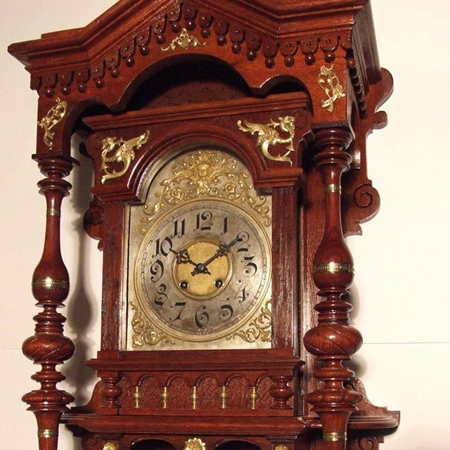Реставрация часов и старинных механизмов - одно из самых интересных направлений работы в реставрационных мастерских «Антúк Нувó». ⠀Мы проводим реставрацию корпусов и механизмов самых разных устройств: часы настенные, напольные, каминные, патефоны и граммофоны, музыкальные шкатулки. Также барометры, кофемолки...⠀При реставрации антикварных механизмов специалисты работают с латунью, часто изготавливают новые детали взамен поврежденных, разгадывают загадки. Некоторые циферблаты, из тех, что мы встречали, были выполнены с золотом и серебром в оформлении. Весовые гири иногда встречаются с дробью и даже ртутью. При утрате маятника приходится делать расчёт веса и форму нового. В общем, занятие это чрезвычайно интересное.⠀#реставрациячасов #реставрацияантикварныхчасов #антикварныечасы #реставрацияантиквариата #реставрационныемастерские #restorationantiques #antiqueclocks #antiqueclockrestoration