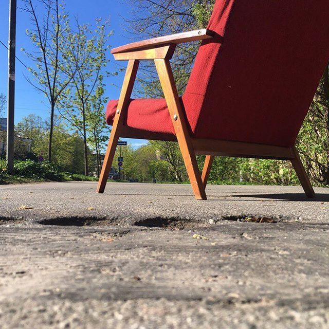 Два очаровательных кресла рубежа 1970-80-х. Мы имели нашлось при реставрации сменить подлокотники с березы на ясень. Да и форму поменяли. Предметы потребовали укрепления и более мягкого сиденья. Нам нравится результат. Надеемся, Вам тоже! #реставрациямебели #мебельссср #дизайнссср#сссрмебель