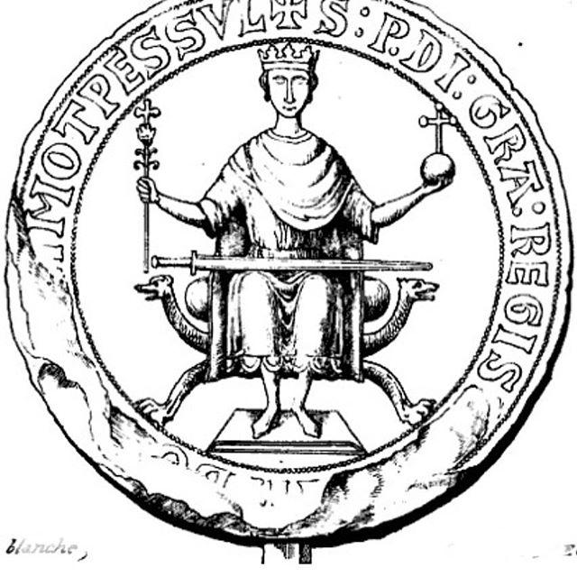 Курульное кресло пришло к нам из древнего Рима. Изначально это походное кресло, складное. Для чиновников. Там, в Римской Империи, сформировалась идея, техническая реализация (деревянный корпус, тканевая полу–жесткая сидушка и петля), декор, область применения. Не мог представитель власти в походе решать что–то стоя.⠀Как часто бывает, складная–переносная суть кресла ушла в прошлое и уже со времен (по нашему опыту) XV века в Европе стали создавать такие предметы в той же форме, но уже не складные. Вообще, так часто бывает в антикварной мебели и прочих предметах ДПИ, когда утилитарная функция забывается, остается визуальное сходство.⠀Современная реинкарнация курульного кресла это походный табурет рыбака.⠀#рестарациямебели #реставрационныемастерские #реставрацияантикварноймебели #реставрация #историДПИ #курульноекресло #антиквариат #антикварноекресло