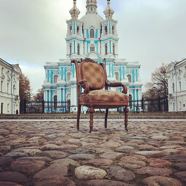 Кресло до реставрации. Конец XIX века, массив ореха. Удивительно, практически нет утрат. Посмотрим, что там внутри. А после реставрации опубликуем результат. А фоном служит Смольный собор. #старинноекресло #реставрациямебели #реставрациямягкоймебели