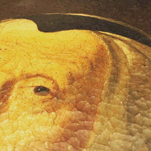 Реставрация старой живописи. И небольшое расследование. Картина выполнена маслом, Европа, XVIII в. По стилю напоминает Голландскую школу. Состояние холста и кракелюры уверенно говорят нам о возрасте. Однако, вот что странно: холст на кустарном ненадежном подрамнике, подрамник поздний, XX века. Вероятно, поставили его в момент, когда холст обрезали. То есть портрет был больше по габаритам. При каких обстоятельствах это случилось, уже не получится установить. А дальше будет проклейка красочного слоя, расчистка от окислов и лаковой пленки. Может, раскроются детали одежды. И, конечно, надо консервировать на профессиональном подрамнике: идеальная геометрия, прочность, а главное, колышки для равномерного натяжения холста. #реставрацияживописи #реставрация #реставрационнаямастерская