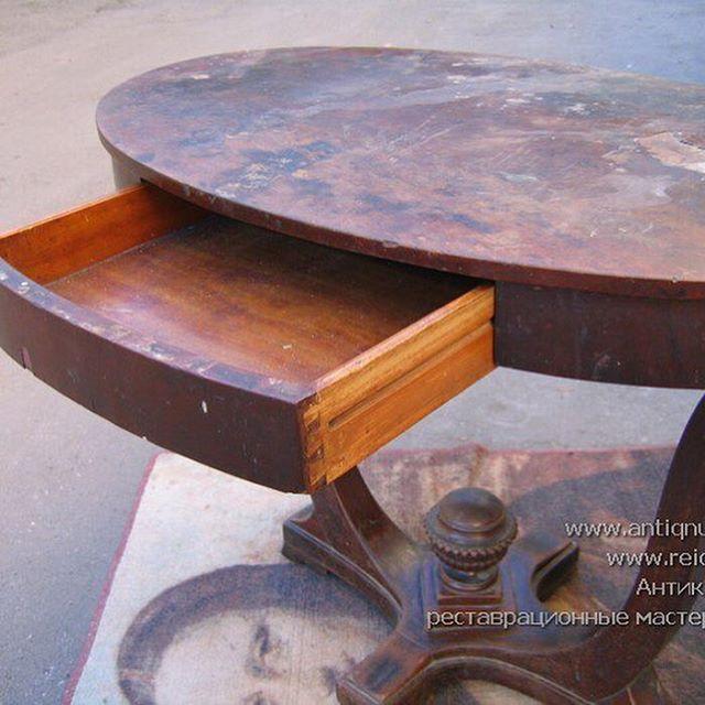Реставрация стола красного дерева. Судя по устройству, столярным решениям и толщине шпона этот стол датируется первой четвертью XIX в. Удивительной красоты предмет. Фотографии 2005 года. #антикварныйстол #реставрациямебели #реставрацияантикварноймебели #реставрациястола #антиквариат #russianantiques